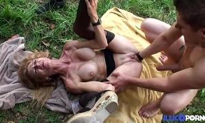 Bonne cougar kirmess et bien adult baisée dans un champ [full video]